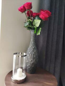 Keramikinė žvakidė su stiklu (sidabras) interjere